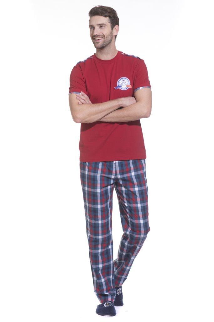 Домашний комплект мужской Peche Monnaie: брюки, футболка, цвет: красный. 28. Размер L (50/52)28Легкая и комфортная домашняя пижама - домашний костюм на каждый день, состоящий из футболки с короткими рукавами и брюк. Идеальные лекала обеспечивают оптимальную посадку, а высокое качество натуральных материалов дарит ощущение уюта. Изделие свободного кроя абсолютно не сковывает движений, позволяя телу полностью расслабиться и ощутить настоящую свободу.