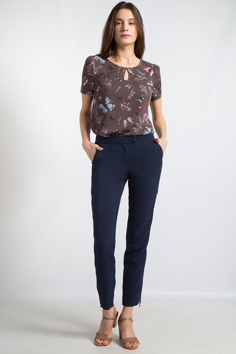 Блузка женская Finn Flare, цвет: коричневый. B18-12085. Размер M (46)B18-12085Эта стильная блузка от Finn Flare с круглым горлом и вырезом капелькой впереди - великолепное дополнение вашего гардероба. Прямой крой и короткие рукава делают эту модель удобным спутником на каждый день, а романтичный принт привлекает взгляды. Подол блузки немного закруглен и дает простор для различных модных сочетаний.