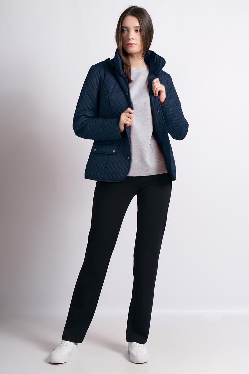 Куртка женская Finn Flare, цвет: темно-синий. B18-12004. Размер L (48)B18-12004Удобная куртка от Finn Flare приталенного кроя станет прекрасным выбором для демисезона. Высокий ворот защитит шею от ветра, капюшон можно спрятать в воротник и при необходимости он позаботится о дополнительном комфорте в прохладные дни. Куртка застегивается с помощью кнопок. Образ дополнен красивым стеганым узором и двумя удобными карманами на кнопках.