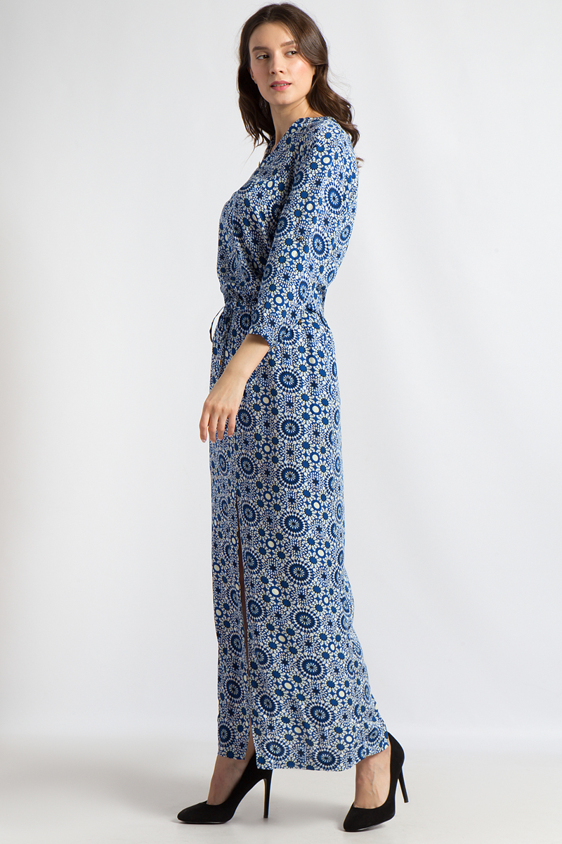 Платье Finn Flare, цвет: синий. B18-12061. Размер XL (50)B18-12061Это длинное платье от Finn Flare из вискозы станет отличным выбором для романтичной женщины. Форма, подчеркивающая фигуру, с длинным разрезом впереди, а также легкий, струящийся материал с оригинальным принтом придают женственности всему образу. С помощью шнуровки на талии можно подчеркнуть стройный силуэт. Детали: рукава длиной 3/4, небольшой V-образный вырез.
