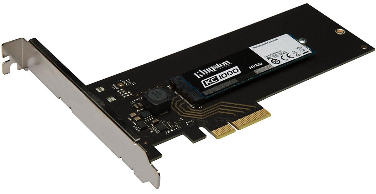 Kingston KC1000 240GB SSD-накопитель (SKC1000H/240G)SKC1000H/240GТвердотельный накопитель KC1000 компании Kingston - это высокопроизводительное устройство с интерфейсомPCIe NVMe, которое более чем в 2 раза превосходит по быстродействию твердотельные накопители синтерфейсом SATA и в 40 раз быстрее жестких дисков со скоростью вращения 7200 об/мин. Этот накопитель поддерживает интерфейс PCIe Gen 3.0 x4, оснащен 8-канальным контроллером Phison PS5007-E7 и имеет 4 ядра и 2модуля памяти DRAM, чтобы обеспечить быструю работу продвинутых пользователей, благодарявысокоскоростной передаче данных вплоть до 2700МБ/с.KC1000 использует собственные драйверы ОС и совместим с интерфейсом NVMe1.2, чтобы пользователи могливоспользоваться всеми преимуществами высокой пропускной способности, большого количества операцийввода-вывода и низкой латентности систем, поддерживающих интерфейс NVMe. Этот интерфейс был изначальноразработан специально для поддержки флэш-памяти, в отличие от интерфейс SATA, который был разработан длятрадиционных жестких дисков. Он устраняет узкие места в производительности и позволяет системе получатьмгновенный доступ к устройству сразу после установки твердотельного накопителя.KC1000 легко устанавливается либо в стандартный разъем M.2, либо в разъем PCI Express с помощьюрасширительной платы форм-фактора M.2 2280 или расширительной платы половинной высоты и половиннойдлины для обеспечения большей гибкости работы интеграторов систем.