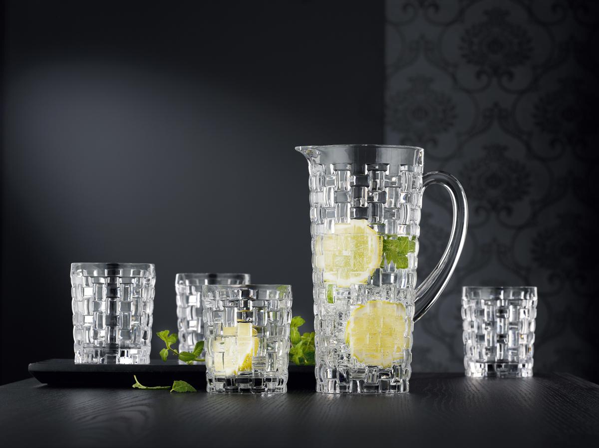 """Набор для виски Nachtmann """"Bossa Nova"""", выполненный из прозрачного бессвинцового хрусталя с  плетеным узором, привлекает внимание классическим сдержанным дизайном. Изысканный  хрусталь послужит украшением бара и будет великолепно смотреться на праздничном столе.  Набор состоит из графина и четырех стаканов.   Объем графина: 1990 мл.  Объем стакана: 330 мл."""