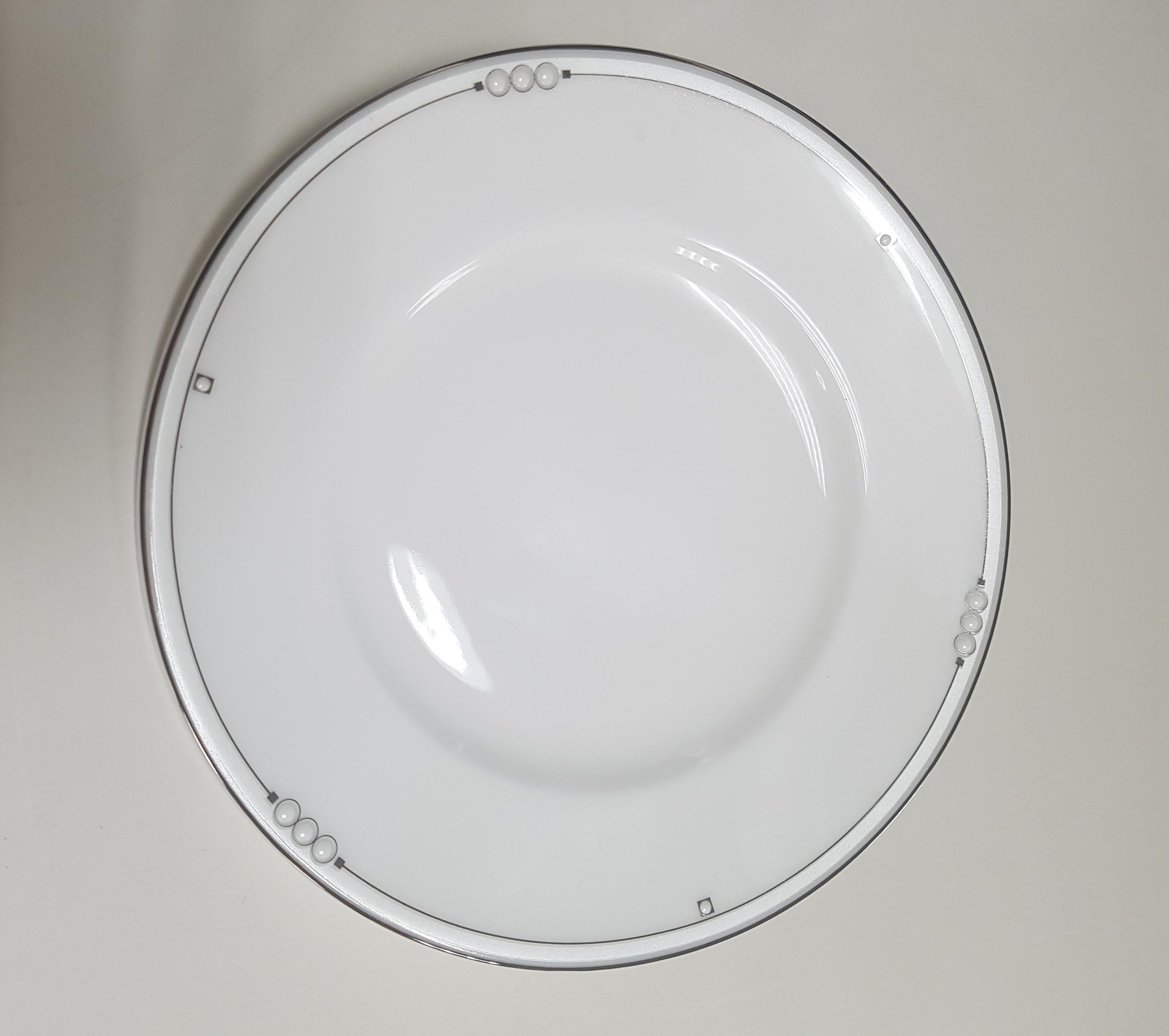 Тарелка Nikko Жемчужина, диаметр 15 смРП-12332-1005Тарелка изготовлена из высококачественного фарфора. Имеет классический вид, белый базовыйцвет. Такая тарелка отлично подойдет к любой сервировке стола.Фарфоровые изделия из Японии маркируются на донышке обозначением CHINA. Made in Japan. CHINA - это международное обозначение высококачественного фарфора, происходящее отискаженного титула китайского императора, владеющего монополией на производство фарфора.Обозначение Bone China соответствует утонченному и изысканному костяному фарфору,популярность которого сейчас высока как никогда. Технология изготовления костяного фарфора многоступенчатая. В фарфоровую массудобавляется костяная мука, что позволяет сделать изделие более прочным итонкостенным.Фарфор фабрики NIKKO на 60% изготавливается ручным способом. Своим чистым белым цветом и прозрачностью японский фарфор завоевал отличную репутацию ипервое место по продажам на мировом рынке.