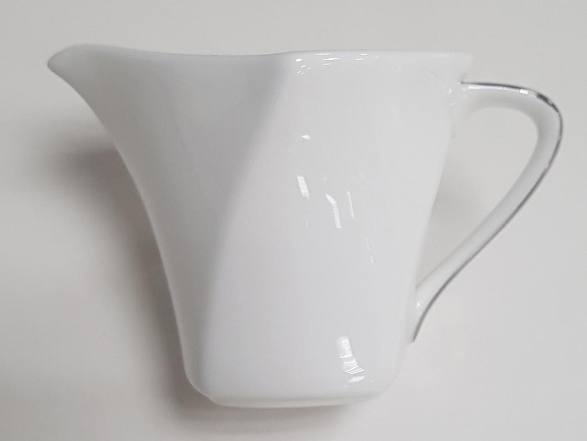 """Элегантный молочник """"Narumi"""", выполненный из высококачественного фарфора с глазурованным покрытием, предназначен для подачи сливок, соуса и молока. Изящный, но в тоже время простой дизайн молочника, станет прекрасным украшением стола."""