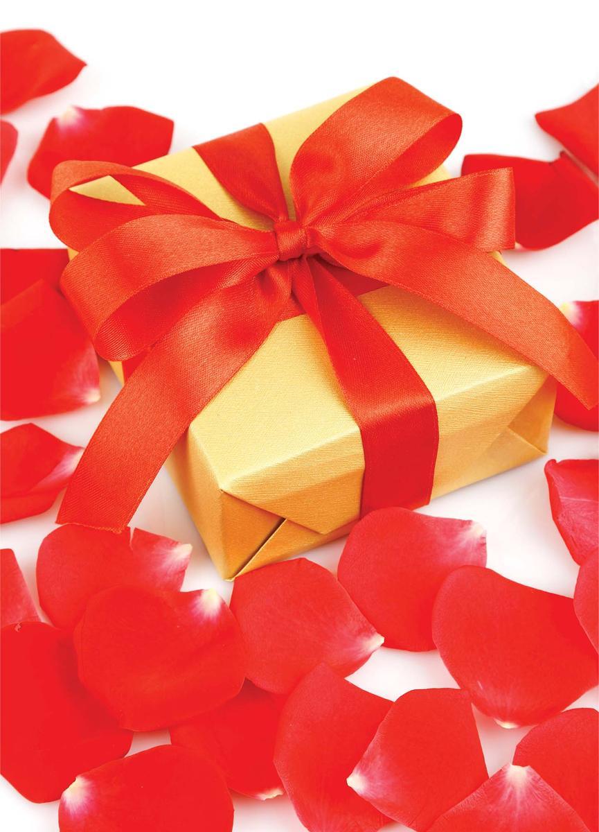"""Подарочный пакет Eureka """"Красный бант и лепестки"""", изготовленный из плотной бумаги, станет незаменимым дополнением к выбранному подарку.  Дно изделия укреплено картоном, который позволяет сохранить форму пакета и исключает возможность деформации дна под тяжестью подарка.  Пакет украшен ярким оригинальным рисунком.  Для удобной переноски имеются две текстильные ручки в виде шнурков.  Подарок, преподнесенный в оригинальной упаковке, всегда будет самым эффектным и запоминающимся. Окружите близких людей вниманием и заботой, вручив презент в нарядном, праздничном оформлении."""