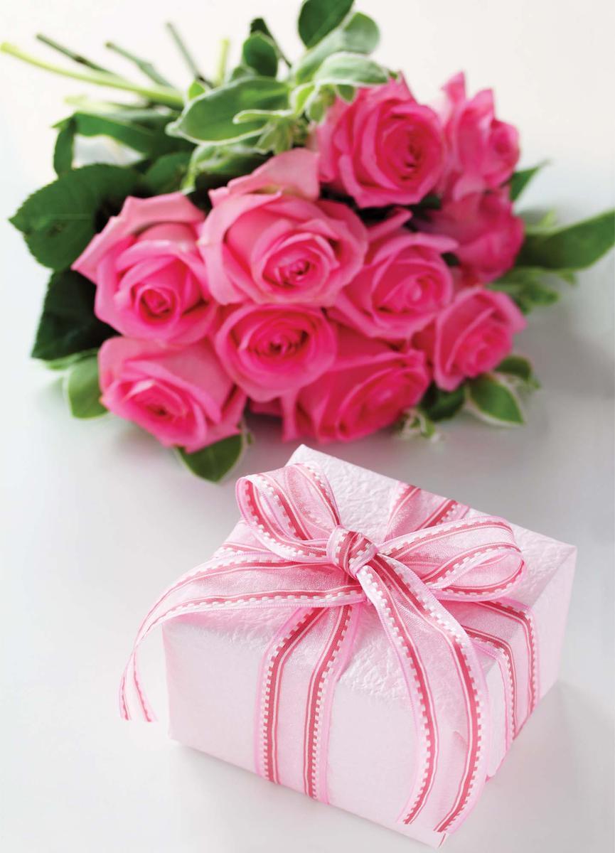 """Подарочный пакет Eureka """"Подарок и розы"""", изготовленный из плотной бумаги, станет незаменимым дополнением к выбранному подарку.  Дно изделия укреплено картоном, который позволяет сохранить форму пакета и исключает возможность деформации дна под тяжестью подарка.  Пакет украшен  цветочным рисунком.  Для удобной переноски имеются две текстильные ручки в виде шнурков.  Подарок, преподнесенный в оригинальной упаковке, всегда будет самым эффектным и запоминающимся. Окружите близких людей вниманием и заботой, вручив презент в нарядном, праздничном оформлении."""