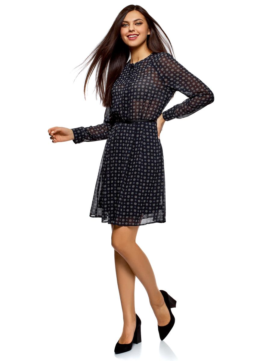 Платье oodji Collection, цвет: темно-синий, белый. 21912001-4B/17358/7912G. Размер 46 (52-170)21912001-4B/17358/7912GПриталенное шифоновое платье из шелковистой ткани с тонким ремнем из искусственной кожи в комплекте. Модель с длинными рукавами с манжетами, небольшим округлым вырезом и застежкой на планку смотрится сдержанно и элегантно. Ремешок красиво подчеркивает талию и стройнит силуэт. Платье на подкладке, верх из приятной струящейся ткани. Модель приталенного кроя с расклешенным подолом в мягкую складку подходит для разных фигур. Элегантное платье с длинными рукавами – отличный вариант для вашего повседневного гардероба. Оно незаменимо, когда требуется создать женственный и одновременно сдержанный наряд. В прохладную погоду платье можно дополнить кардиганом, жилетом из искусственного меха или пальто. Обувь и аксессуары помогут вам расставить правильные акценты. В этом платье вы будете выглядеть женственно и нежно.