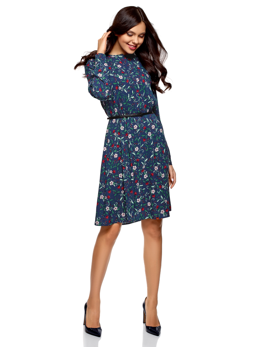Платье oodji Collection, цвет: темно-синий, светло-розовый. 21912001-2B/26346/7940F. Размер 38 (44-164)21912001-2B/26346/7940FЖенственное вискозное платье от oodji приталенного силуэта. Платье отрезное в талии, с подолом в мягкую складку. Модель с длинными рукавами и небольшим округлым вырезом смотрится сдержанно и достаточно скромно. В комплекте тонкий ремешок из искусственной кожи, который изящно подчеркивает талию. Легкая вискозная ткань дышит и красиво драпируется при ношении. В этом платье комфортно в разную погоду. Приталенный крой красиво подчеркивает фигуру.Стильное и практичное платье из вискозы органично впишется в ваш повседневный гардероб. В нем одинаково хорошо пойти на учебу, работу, по делам или на встречу с друзьями. Это платье незаменимо для создания сдержанных женственных образов. Более многогранный образ получится, если дополнить наряд кардиганом, жилетом или тренчем. Выбор обуви зависит от вашего настроения и выбранного стиля – подойдут туфли, сапоги на каблуке или ботильоны. В этом милом платье вы будете выглядеть обворожительно.