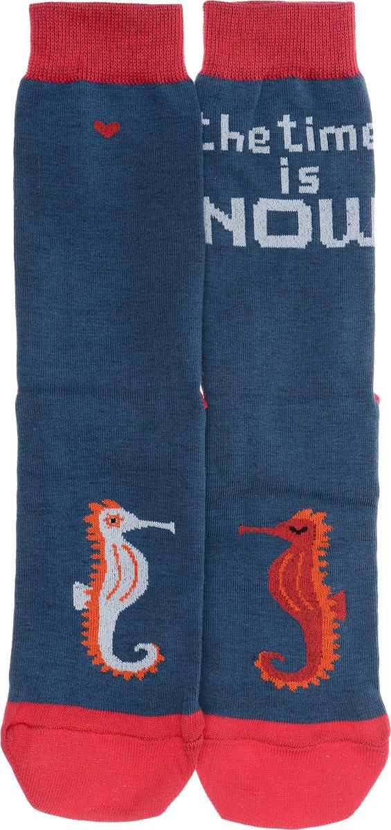 Носки мужские Big Bang Socks Морские коньки, цвет: синий. a191. Размер 40/44a191Мужские носки Big Bang Socks изготовлены из высококачественного хлопка с добавлением полиамидных и эластановых волокон, которые обеспечивают великолепную посадку. Носки отличаются ярким стильным дизайном, они оформлены изображением морских коньков и надписью: The time is now. Удобная широкая резинка идеально облегает ногу и не пережимает сосуды, усиленные пятка и мысок повышают износоустойчивость носка, а удлиненный паголенок придает более эстетичный вид. Дизайнерские носки Big Bang Socks - яркая деталь в вашем образе и оригинальный подарок для друзей и близких.