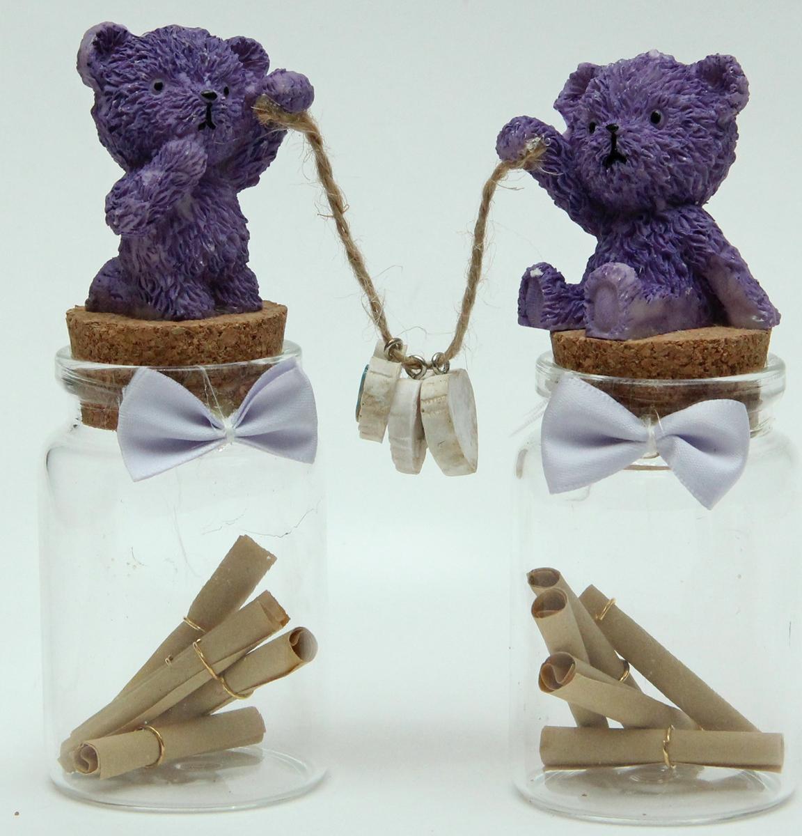 """Набор подарочный """"Медвежата"""" от Magic Home - это 2 стеклянные баночки для хранения записок. Агломерированные пробки украшены фигурками из полирезины, в комплекте с бумажными свитками для записей - 5 штук в каждой баночке. Такой набор послужит прекрасным подарком по любому поводу."""