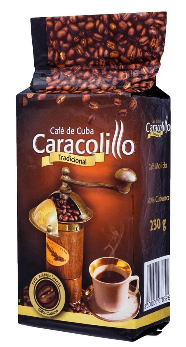 Caracolillo Cafe de Cuba кофе молотый, 230 гУТ000000772Караколь с испанского - морские ракушки. Кофейные зерна с названием Караколийо внешне напоминают этот вид морских обитателей, отличаясь от традиционной Арабики лишь маленьким размером. Этот вид кофе имеет неповторимый вкус с устойчивым шоколадным ароматом, отличается особой мягкостью и выдержанной кислотностью. Такое необычное сочетание зерен традиционной Арабики с зернами Караколийо было изобретено несколько лет назад дегустаторами фабрики Кубита и не имеет аналогов в мире. Как и все виды кубинского кофе Караколийо производится на основе многовековых традиций выращивания, сбора урожая, переработки и обжарки кофейных зерен с привнесением в процесс производства самых современных технологий.