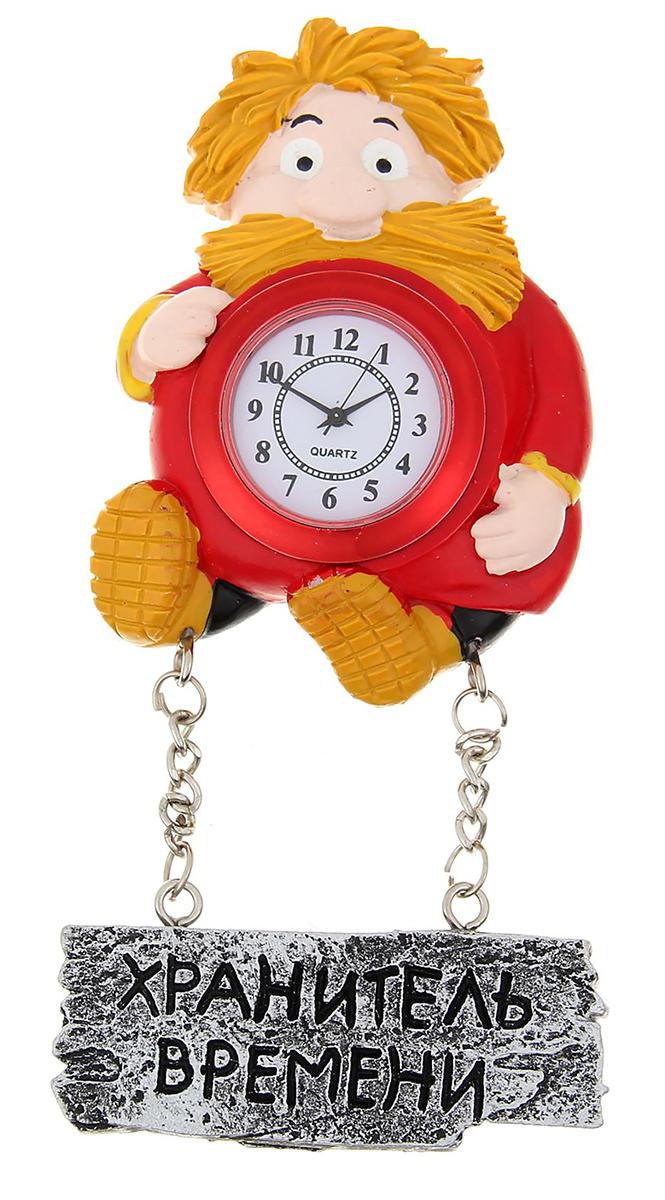"""Часы-магнит — вещь, что быт озарит! В современном мире часы — это многофункциональный предмет. Они не только помогают следить за временем, но и создают уют в доме. Удивите близких необычным подарком — часами на магните. Яркий, стильный и оригинальный аксессуар поднимет настроение владельцу и окружающим! Украсьте ими холодильник или другую металлическую поверхность. Часы смогут удержать записку или напоминание, чтобы адресат не забыл о важном деле или порадовался неожиданному комплименту.Часы настенные с магнитом """"Хранитель времени"""", 6,8 х 8,9 см 1016408"""