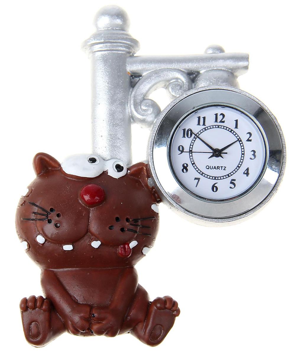 Часы настенные с магнитом Котик с фонарем, 8,5 х 10,5 см1016414Часы-магнит — вещь, что быт озарит! В современном мире часы — это многофункциональный предмет. Они не толькопомогают следить за временем, но и создают уют в доме. Удивите близкихнеобычным подарком — часами на магните. Яркий, стильный и оригинальныйаксессуар поднимет настроение владельцу и окружающим! Украсьте имихолодильник или другую металлическую поверхность. Часы смогут удержатьзаписку или напоминание, чтобы адресат не забыл о важном деле илипорадовался неожиданному комплименту.