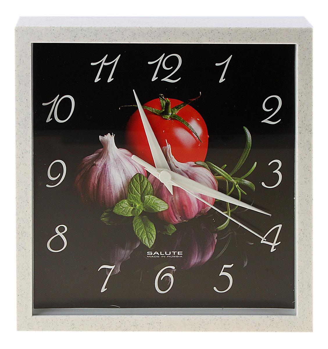 """Настенные часы — один из незаменимых атрибутов кухни, поскольку это не просто декоративный элемент, а верный помощник любой хозяйки. Ведь даже обычная варка яиц требует точного контроля времени. Многие скажут, что мобильный телефон является отличной заменой традиционному часовому механизму. Но что делать, если ваши руки в тесте или вы занимаетесь чисткой рыбы? В этой ситуации традиционные настенные часы будут незаменимы. Представляем вашему вниманию популярную модель кухонных часов от торговой марки «Салют». Они выполнены в спокойном гастрономическом дизайне. Их будет приятно подвесить возле варочной поверхности или над обеденным столом. Особенности данной модели настенных часов Пластик Пластиковое кольцо и корпус не тускнеют, не деформируются и не выделяют вредных веществ благодаря использованию сертифицированного материала широкой цветовой гаммы. Стекло Чистоту визуального восприятия обеспечивает приборное стекло, соответствующее ГОСТ оборонной промышленности, который, в свою очередь, был разработан для высокоточных оптических приборов. Циферблат Циферблат устойчив к деформации при изменении температуры от ?50 до +70°C и влажности от 0 до 80%, поскольку цифры и рисунки наносятся водостойкой краской на специально подготовленный пластик. Работают от одного элемента питания типа АА (в комплект не входит).Часы настенные квадратные """"Чеснок"""", кухонные 653071"""
