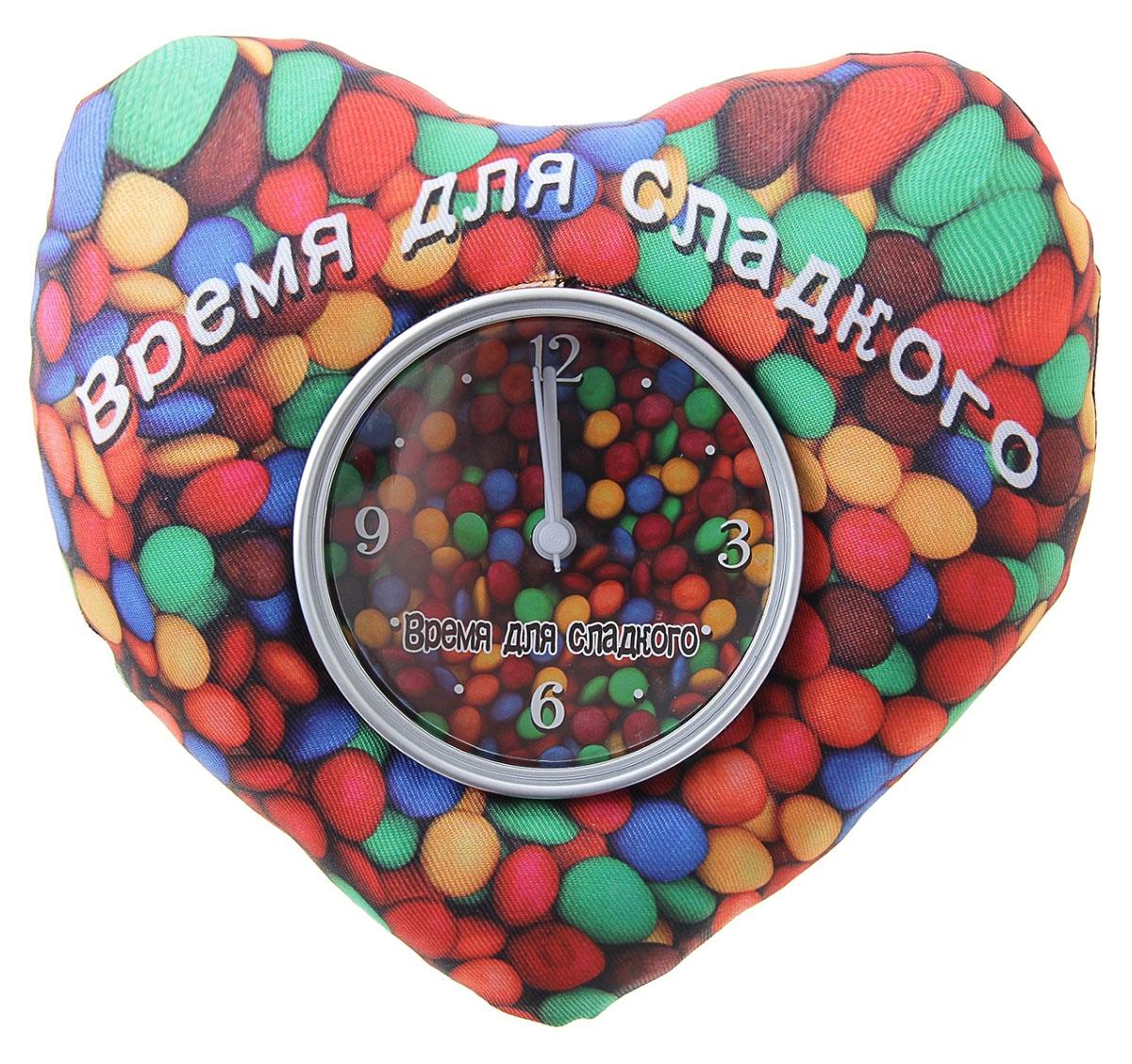 Часы настольные Сладкое драже, 16 х 19 см. 760848760848Такого мы еще не видели! Мягкие настольные часы, которые потрясают воображение. ##Name## – это удивительной красоты подарок для любимых, который способен в полной мере выразить ваши чувства. Вторая половинка останется в восторге от такого знака внимания. В чем же преимущества этой модели? Форма Оригинальность идеи Универсальность в использовании Смелость выбора цвета при создании такого совершенства Чувственная надпись, способная сказать за вас многое Надежная подставка Удобный «читаемый» циферблат Еще сомневаетесь? Тогда вот еще несколько аргументов: часы послужат вам удобной подушкой в случае, если ожидание спутницы затянется на неопределенный срок; имея под рукой такие мягкие часики, уверяем, вы избежите жертв при скандале, ведь кидаться ими не только безболезненно, но и забавно; а на случай, если вы решили отдохнуть Часы настольные Время для сладкого, магнит и подставка – идеальный вариант. Мягкую часть используйте в качестве подушки, а часы, чтобы следить за временем; также обратите внимание: мягкий «корпус» спасет часовой механизм от всех ударов судьбы. Представьте лицо любимого человека, когда он будет принимать от вас такой знак внимания. Мы вас уверяем, без улыбки и слов благодарности здесь не обойдется. Поэтому спешите, заказывайте Часы настольные Время для сладкого, магнит и подставка прямо сейчас и спешите на свидание к любимому человеку.