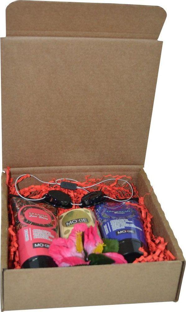 MOXIE Косметический набор: Крем с шестью бронзаторами Spanish Love Story, 125 мл + Бальзам после загара в солярии Caribbean Breeze, 125 мл + Защитные стикини для груди, 100 пар + Защитные очки для солярия на резинке + Резинка для волос в виде цветкаPNMXНабор косметических средств и аксессуаров для загара в солярии MOXIE – это прекрасный подарок для родных и близких к любому празднику! В состав набора входят: 1. Spanish Love Story 125 мл – 1 шт. Роскошный крем с шестью бронзаторами обеспечивает неповторимый цвет средиземноморского загара, уникальный компонент Erythrulose дополнительно усиливает эффект загара. Комплекс масел интенсивно увлажняет и обеспечивает уход за кожей. Подходит для всех типов кожи. 2. Caribbean Breeze 125 мл – 1 шт. Великолепный бальзам после загара в солярии, это неповторимый продукт для ухода за загоревшей кожей. Натуральные масла укрепляют и продлевают эффект загара. Экстракт зеленого чая и уникальный омолаживающий комплекс обновляют кожу и гарантируют отличный вид и уход за ней. Советуем для ежедневного ухода для любого типа кожи. Не содержит парабенов. 3. Защитные стикини для груди (100 пар) – 1 упаковка. Защитные наклейки на грудь - стикини - являются важным атрибутом для посещения солярия. Металлизированные наклейки не просто отражают ультрафиолет, они защищают множество нервных окончаний, желез и кровеносных сосудов, находящихся в женской груди. 4.Защитные очки для солярия на резинке – 1 шт. Очки необходимы для защиты сетчатки глаз от УФ-лучей во время загара в солярии. Они предназначены для загара как в горизонтальном, так и вертикальном соляриях. Изготовлены из цветного пластика. Предупреждение: Внимание! Недостаточно просто закрыть глаза во время сеанса загара в солярии. Это не поможет в полной мере оградить роговицу от негативного воздействия ультрафиолета. Загорать без очков категорически нельзя! 5.Резинка для волос в виде цветка – 1 шт. 6. Подарочная упаковка – 1 шт.