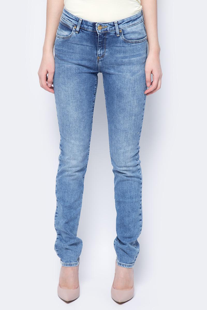 Джинсы женские Wrangler Body Bespoke, цвет: синий. W28LX794O. Размер 28-32 (44-32)W28LX794OСтильные женские джинсы Wrangler Body Bespoke - джинсы высочайшего качества на каждый день, которые прекрасно сидят.Джинсы модели слим и средней посадки выполнены из высококачественного хлопка с небольшим добавлением эластомультиэстера и эластана. Изделие спереди застегивается на металлическую пуговицу и имеет ширинку на застежке-молнии. На поясе предусмотрены шлевки для ремня. Спереди модель дополнена двумя втачными карманами и одним небольшим секретным кармашком, а сзади - двумя накладными карманами. Джинсы оформлены градиентным высветлением и декоративной прострочкой. Металлические заклепки и стильная фирменная нашивка на поясе завершают композицию.
