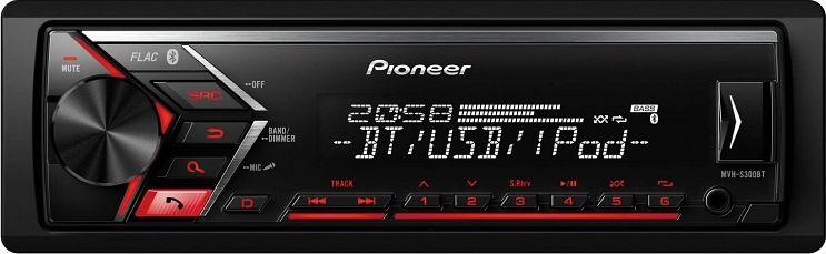 Pioneer MVH-S300BT автомагнитолаMVH-S300BTГлавной особенностью модели MVH-S300BT является функция Караоке. Подключите микрофон через AUX, активируйте его, удерживая кнопку «Поиск», и наслаждайтесь. Теперь ваш голос будет передаваться через динамики автомобиля под аккомпанемент любимых треков. Также благодаря встроенному Bluetooth модулю Вы сможете совершать и отвечать на звонки hands free во время движения и даже сохранять номера телефонов членов Вашей семьи и друзей на кнопках быстрого вызова с двух телефонов одновременно. Благодаря фирменной технологии Advanced Sound Retriever для Bluetooth, Вы сможете прослушивать музыку со смартфона без потери качества. В любом случае, если Вам привычнее проводное соединение, то просто подключите свой iPhone, Android смартфон и другие устройства к магнитоле через USB или дополнительный AUX-вход на фронтальной панели.Встроенный усилитель MOSFET с выходной мощностью 4х50 Вт позволяет воспроизводить музыку в высоком качестве . Для того, чтобы увеличить мощность, можно воспользоваться 2 RCA выходами на тыловой панели устройства для подключения фронтальной и тыловой акустической системы либо сабвуфера.Магнитола имеет укороченное шасси (на 41% короче обычного), что существенно упростит процесс ее установки в автомобиль.