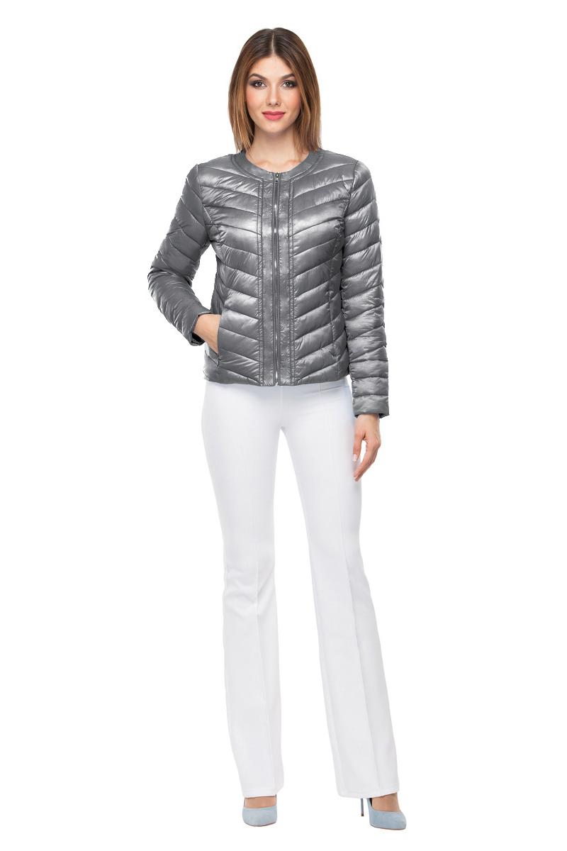 Куртка женская Conso, цвет: серый металлик. SS180107. Размер 40 (42)SS180107 - metal greyКороткая демисезонная куртка приталенного силуэта c круглым воротом. Модель с застежкой-молнией и молниями на манжетах. Диагональная стежка поддерживает общий стиль изделия. Удобные врезные карманы - на потайных молниях. Куртка выполнена из легкой и прочной ткани с наполнителем из биопуха. Логотипированная вешалка из металлической цепочки – комплимент от дизайнеров.