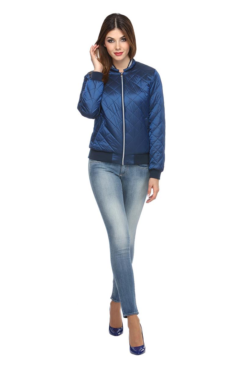 Куртка женская Conso, цвет: синий. SS180119. Размер 46 (48)SS180119 - peacoatКороткая демисезонная куртка в стиле Casual. Модель прямого силуэта фиксируется металлической молнией. Небольшой воротник-стойка, манжеты и низ изделия - из рип-трикотажа. По бокам карманы с листочками - на кнопках. Изделие выполнено из легкой и прочной ткани с наполнителем из биопуха. Ромбовидная стежка и эффектный декор из люрекса по воротнику делают куртку модным хитом!