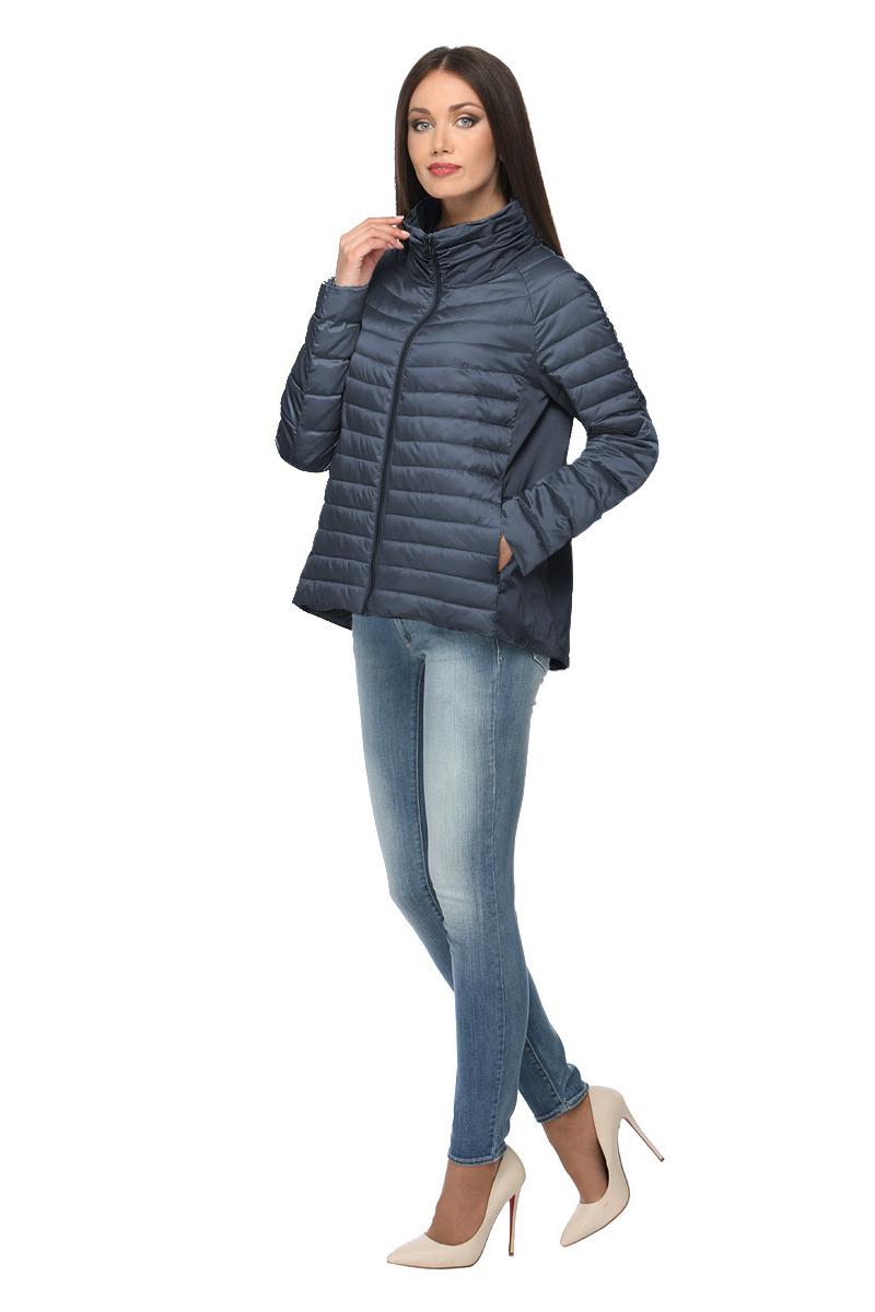 Куртка женская Conso, цвет: темно-синий. SS180105. Размер 46 (48)SS180105 - navyУтепленная куртка свободного силуэта. Модель с длинными рукавами и воротником-стойкой застегивается на металлическую молнию. Расклешенная спинка оформлена встречной складкой. Прорезные карманы – на металлических молниях, внутренний карман – на потайной. Куртка выполнена в комбинации материалов, по передней детали утеплена биопухом и оформлена горизонтальной стежкой.