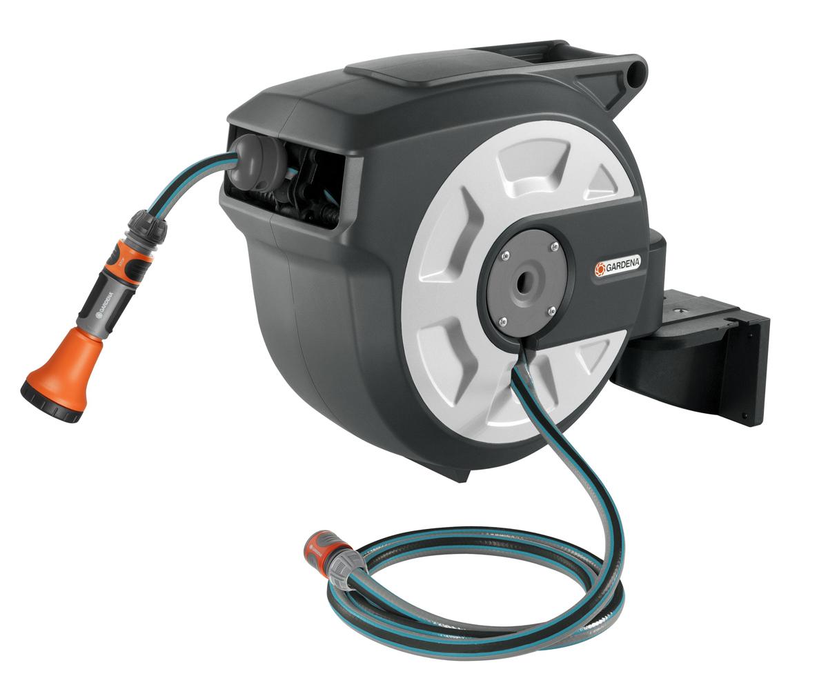 Катушка для шлангов GARDENA помогает сделать процесс полива особенно легким и удобным. Катушка разматывает и сматывает шланг вместо вас. Практичный корпус катушки крепится к стене и может поворачиваться на 180 °C. Шланг легко вытягивается на нужную длину без применений силы, с шагом около 50 см. Высококачественный шланг с диаметром 13 мм предназначен для работы с сильным потоком воды и оптимальной работы с дождевателем. С минимальным усилием потяните шланг, чтобы деактивировать блокировку, после этого шланг автоматически будет свернут в катушку ровным слоем, без перегибов и перекручивания. Ваши руки при этом останутся чистыми. Встроенная стальная пружина обеспечивает ровное и надежное наматывание шланга. Встроенная направляющая шланга также дополнительно предотвращает скручивание и спутывание шланга. После использования настенной катушки соединительный шланг можно легко прикрепить к устройству защиты от течи, предотвратив нежелательное вытекание воды из шланга. Дополнительный плюс: наконечники для полива, распылители и моющие щетки можно хранить на настенном кронштейне, тогда они будут всегда под рукой, готовые к использованию. Благодаря эргономичной рукоятке настенная катушка легко снимается с кронштейна и убирается в теплое помещение для хранения. Настенная катушка сразу оснащена 15-метровый шлангом высочайшего качества, 2-метровым соединительным шлангом, наконечником для полива  и фитингами GARDENA: три резьбовых штуцера, стандартный коннектор и коннектор стандартный с автостопом. Настенный кронштейн поставляется в комплекте с шурупами и дюбелями, поэтому установка будет очень простой легкой. Полив может стать легким делом - с удобной настенной автоматической катушкой для шланга.