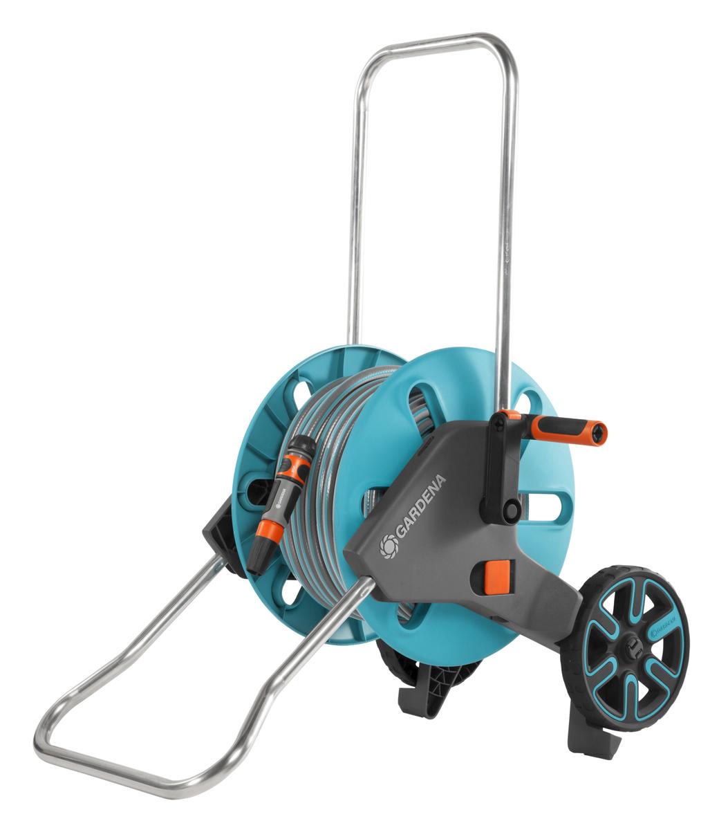 """Тележка Gardena """"AquaRoll M Easy"""" рассчитана на шланг длиной не более 60 м диаметром 13 мм (1/2"""").Шланг не перекручивается за счет соединения под углом, специальная форма опоры и подставки для колес придают тележке максимальную устойчивость при вытягивании шланга.Тележка оснащена механизмом аква-стоп для предотвращения вытекания воды после использования и во время транспортировки.Телескопическая рукоятка для компактного хранения. На рукоятке предусмотрен зажим для крепления наконечника шланга.В комплекте шланг Classic 20м диаметром 13мм (1/2""""), фитинги базовой системы полива.Сборка без инструментов."""