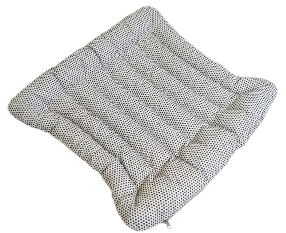 Подушка на стул Bio-Textiles Эко, с массажным эффектом, наполнитель: лузга гречихи, цвет: светло-серый, 40 х 40 см. PEK753PEK753Проблемой современного человека считается частое и длительное нахождение в сидячемположении. Подушка с наполнителем из лузги гречихи способствует уменьшению болевыхощущений и приятному времяпрепровождению.Подушка может использоваться как для стула, так и автомобильного сиденья.Основная особенность находится в ее устройстве и механизме по распределению нагрузки,который помогает усидчивому положению в течение всего рабочего дня.