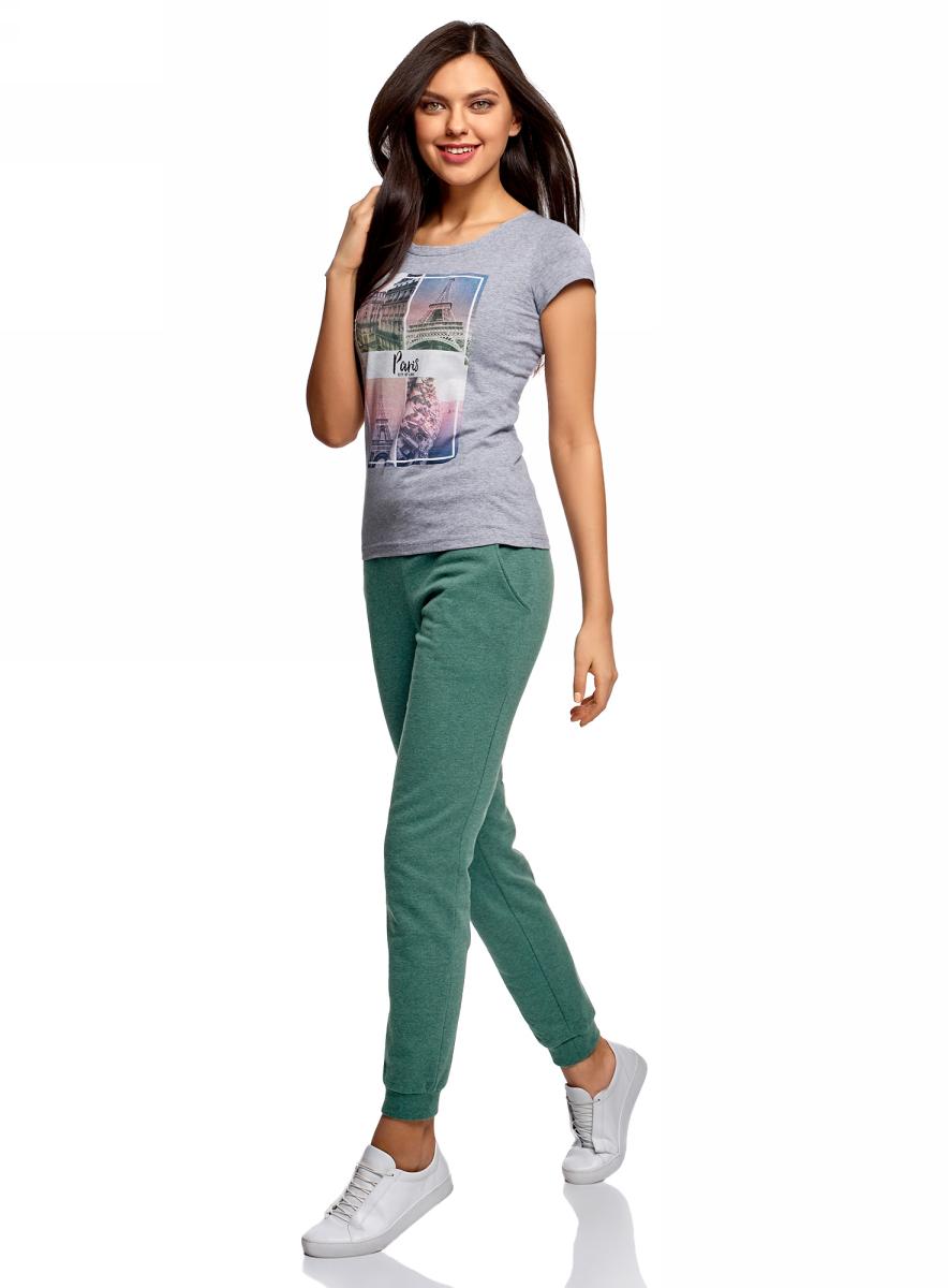 Брюки женские oodji Ultra, цвет: зеленый. 16700030-15B/47906/6D00M. Размер S (44)16700030-15B/47906/6D00MСпортивные брюки с широкими манжетами из хлопкового трикотажа. Брюки на широком эластичном поясе с завязками идеально сидят на талии и комфортны при ношении. В таких брюках ваши движения не стеснены. Хлопковая ткань обладает прекрасными характеристиками: дышит, гипоаллергенна, в меру тянется, подходит для разных погодных условий. Манжеты плотно облегают щиколотки, не дают брюкам задираться и защищают от ветра. Брюки хорошо смотрятся на фигурах разного типа. Стильные трикотажные брюки идеально подходят для создания спортивных образов. В этих брюках можно заниматься спортом, прогуливаться с домашним питомцем по парку. В них можно отправиться за город на пикник или активный отдых. Брюки прекрасно сочетаются с вещами спортивного стиля: толстовками, свитшотами, футболками. Из обуви лучше выбрать кроссовки или кеды. Удобные брюки для активных натур!