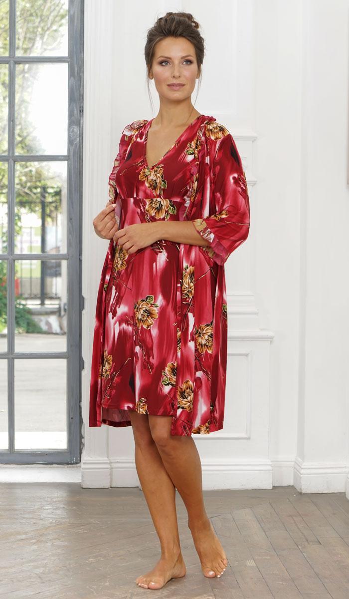 Ночная рубашка женская Cleo, цвет: бордовый, коричневый. 845. Размер 58845Нежная и женственная ночная рубашка из мягкого набивного трикотажа. Сорочка полуприлегающего силуэта. Линия плеча заужена. Передняя часть сорочки отрезная под грудью. По нижнему срезу частей лифа заложены по три односторонние неглубокие мягкие складки, обеспечивающие необходимую свободу на выпуклость груди. При соединении лифа с нижней частью, детали лифа накладываются одна на другую, образуя глубокий полузанос. Горловина изделия имеет достаточно глубокий угловой вырез, скрепленный по центру и украшенный декоративным бантиком из атласной тесьмы. Срезы горловины и пройм изделия окантованы.