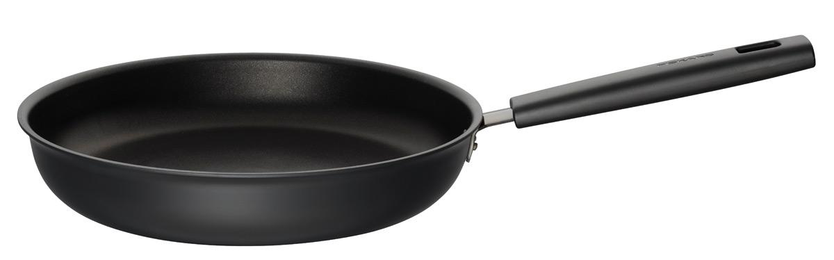 Сковорода Fiskars Hard Face. Диаметр 28 см1020872Hard Face станет героем на вашей кухне. Сковорода имеет самое долговечное покрытие Hardtec Superior с превосходными антипригарными свойствами. Это делает сковороду Hard Face идеальной. Толстое дно толщиной 5,5 мм равномерно распределяет тепло для достижения идеального результата при готовке. Hard Face работает на всех типах плит, а технология Energy Base позволяет нагреваться на 50 % быстрее на керамических плитах, чем на обычных. Выбирайте Hard Face для повседневного и интенсивного использования.Долговечное антипригарное покрытие гарантирует легкое и безопасное приготовление пищи Толстое дно толщиной 5,5 мм позволяет равномерно и эффективно распределять тепло Бакелитовые ручки остаются холодными (в духовке выдерживают температуру до 150 °C) Можно мыть в посудомоечной машине Сделано в Финляндии