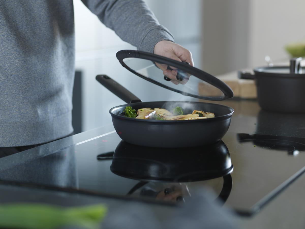 Hard Face станет героем на вашей кухне. Сковорода имеет самое долговечное покрытие с превосходными антипригарными свойствами. Толстое дно толщиной 5,5 мм равномерно распределяет тепло для достижения идеального результата при готовке. Уникальная технология OPTIHEAT™, которая защищает сковороду от перегрева больше чем до 230°C на индукционных плитах - благодаря чему ваша сковорода прослужит дольше. Выбирайте Hard Face для повседневного и интенсивного использования.  Уникальная технология OPTIHEAT™ защищает сковороду от перегрева на индукционных плитах Прочное антипригарное покрытие Hardtec Superior сделает процесс приготовления пищи легким и безопасным Можно мыть в посудомоечной машине Сделано в Финляндии