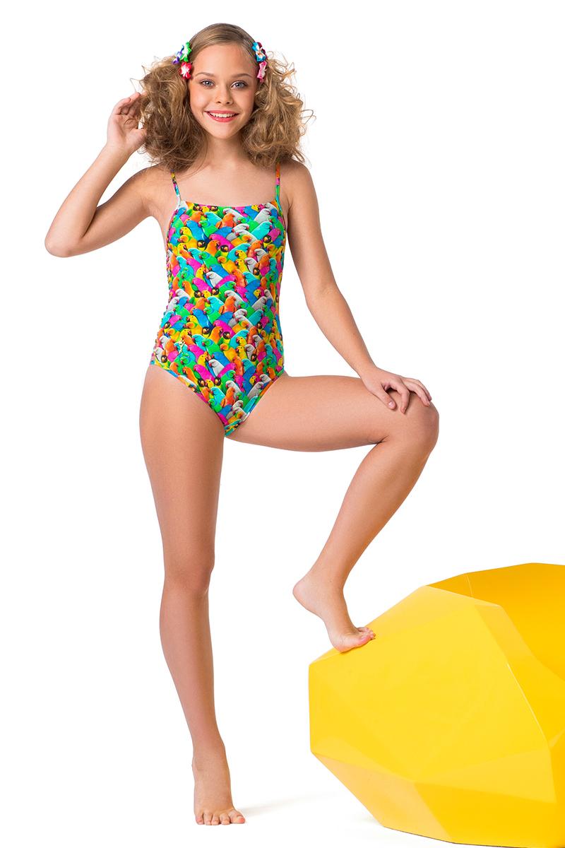 Купальник слитный для девочки Arina Festivita, цвет: разноцветный. YS 021803 AF. Размер 32 (38)YS 021803 AFЭффектный слитный купальник для девочек-подростков. Оригинальная конструкция с плавающими чашками и поясом андербаст, которые прекрасно моделируют линии фигуры. Модель фиксируется при помощи тонких регулируемых бретелей и золотой застежки, которая замыкает глубокий U-образный вырез на спине. Низ купальника классической комфортной посадки. По бокам модель оформлена перемычками-спагетти. Смелый дизайн конструкции дополнен красочным диджитал-принтом 38 попугаев и яркой подкладкой. Золотая фирменная подвеска со стразами – заключительный штрих изделия. Экстравагантный купальник подарит уверенность в себе и привлечет внимание на любой пляжной вечеринке!