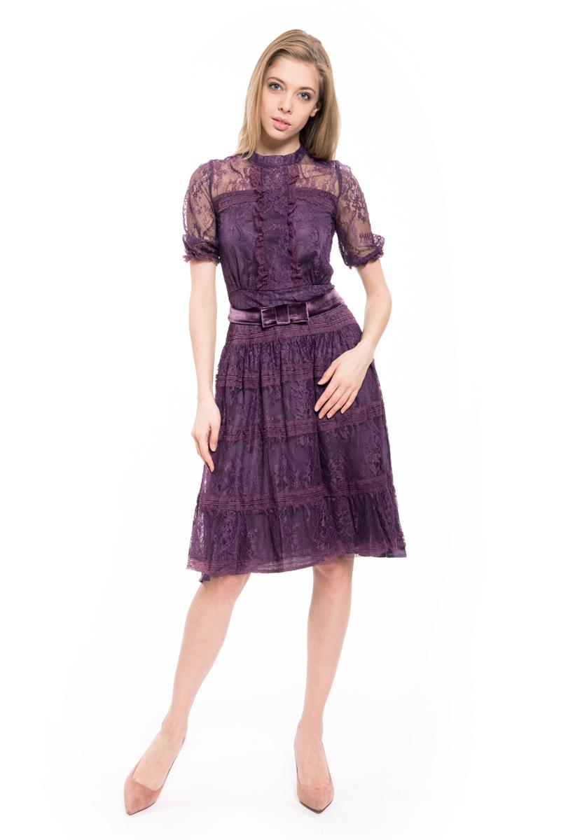 Платье Lusio, цвет: фиолетовый. AW18-020150. Размер S (42/44)AW18-020150Стильное платье Lusio изготовлено из тонкого нейлона. Кружевная модель длины миди с короткими рукавами дополнена на талии атласным бантом. Платье застегивается сзади на молнию.