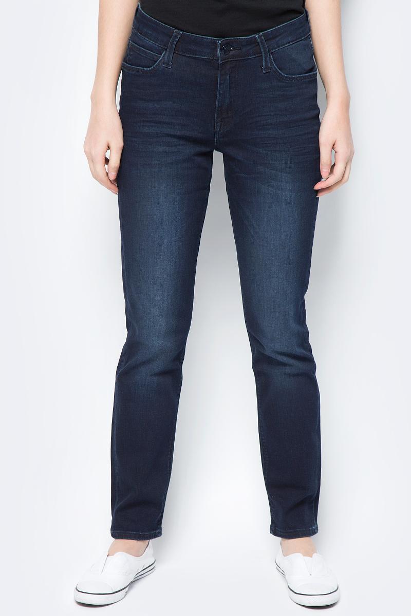 Джинсы женские Lee Elly, цвет: синий. L305AIFA. Размер 30-31 (46-31)L305AIFAЖенские джинсы Lee Elly выполнены из высококачественного материала. Джинсы стандартной посадки на талии застегиваются на пуговицу в поясе и ширинку на застежке-молнии. На поясе имеются шлевки для ремня. Модель представляет собой классическую пятикарманку: два втачных и накладной карманы спереди и два накладных кармана сзади.