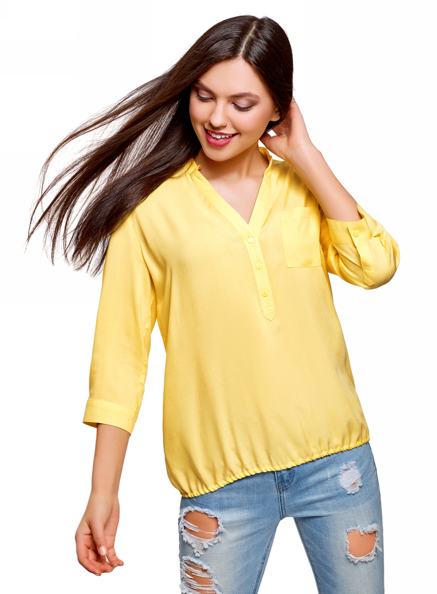 Блузка женская oodji Ultra, цвет: желтый. 11403189-3B/26346/5200N. Размер 42 (48-170)11403189-3B/26346/5200NЭлегантная блузка свободного силуэта с укороченными рукавами. Низ собран на эластичную резинку. V-образный вырез красиво подчеркивает грудь и визуально стройнит силуэт. Рукава 3/4 вносят в образ нотки изящества и переносят акцент на линию талии. Гладкая и шелковистая на ощупь ткань из вискозы дышит, красиво драпируется и мягко очерчивает силуэт. Блузка прекрасно подойдет для разной погоды. Модель свободного силуэта хорошо сидит на любой фигуре. Стильная вискозная блузка с рукавами-трансформерами поможет вам создать элегантный повседневный или деловой наряд. Она прекрасно сочетается и со строгим низом, и с более неформальными элементами одежды. С джинсами и туфлями на среднем каблуке легко составить элегантный и немного расслабленный наряд для прогулок или похода в кино. Более строгий комплект для офиса или деловых встреч получится с классическими зауженными брюками и туфлями на шпильке. В прохладную погоду комплект можно дополнить жакетом или кардиганом. В этой свободной и комфортной вы всегда будете очаровательны.
