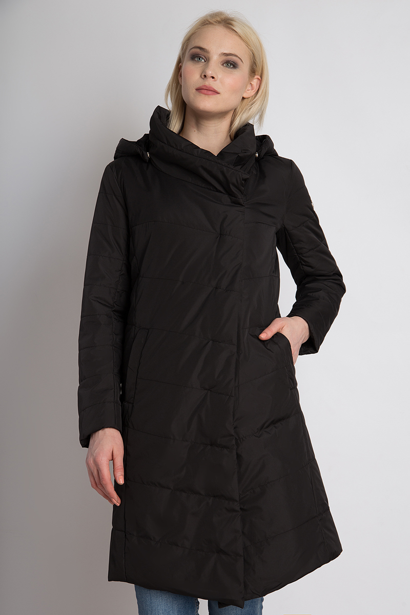 Пальто женское Finn Flare, цвет: черный. B18-32022_200. Размер M (46)B18-32022_200Женское пальто Finn Flare выполнено из ветрозащитного и водостойкого материала с утеплителем из полиэстера. Это длинное пальто поражает своим стильным асимметричным кроем. Легкий утеплитель и теплый капюшон гарантируют оптимальный комфорт в холодные дни и сделают Ваши прогулки еще приятнее. Застегивается пальто с помощью скрытой молнии и кнопок, высокий теплый воротник защитит шею от ветра. Также данная модель снабжена функциональными боковыми карманами.