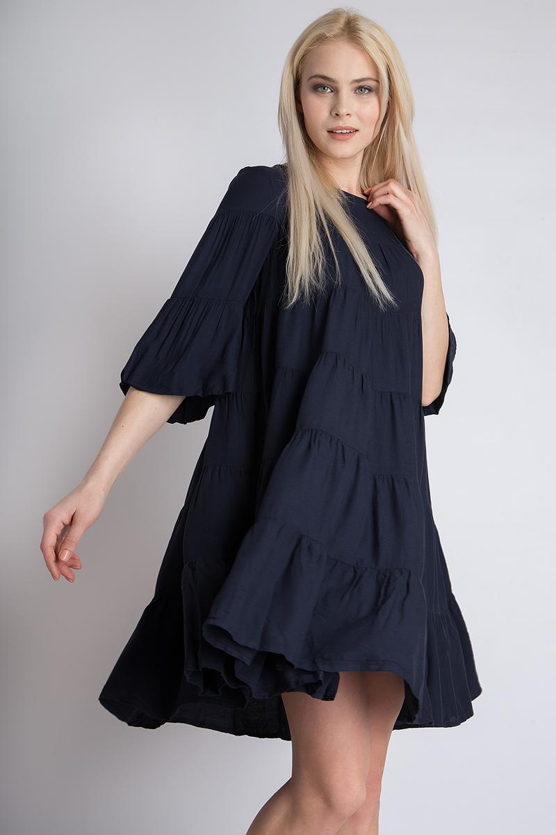 Платье Finn Flare, цвет: темно-синий. B18-12051_101. Размер S (44)B18-12051_101Элегантное платье Finn Flare выполнено из высококачественной 100% вискозы. Такое платье обеспечит вам комфорт и удобство при носке. Модель с рукавами 3/4 и круглым вырезом горловины выгодно подчеркнет все достоинства вашей фигуры благодаря свободному струящемуся крою. Платье застегивается сзади на пуговицу. Изысканное платье создаст обворожительный и неповторимый образ. Это модное и удобное платье станет превосходным дополнением к вашему гардеробу, оно подарит вам удобство и поможет вам подчеркнуть свой вкус и неповторимый стиль.