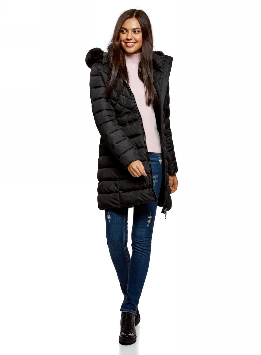Пальто женское oodji Ultra, цвет: черный. 10204059/32754/2900N. Размер 38 (44-170)10204059/32754/2900NУтепленное приталенное пальто от oodji. Модель длиной чуть выше колена мягко прилегает к фигуре. Высокий воротник-стойка дублируется капюшоном с отделкой из искусственного меха. Застежка на пластиковую молнию. Такими же молниями оформлены и косые карманы на бедрах. Оригинальная простежка пальто в верхней части оптически сужает плечи, делая силуэт более стройным. Пальто будет выигрышно смотреться на фигуре любого типа.Комфортное пальто прекрасно подходит для повседневного ношения в холодную погоду. Его можно сочетать с юбкой миди и высокими сапогами. Хорошо смотрятся с пальто джинсы или шерстяные брюки, которые легко дополнить низкими сапожками или утепленными ботинками на толстой подошве. Отправляясь по делам или на прогулку, наряд можно завершить теплыми перчатками. Стеганое пальто с капюшоном – отличный выбор для непогоды.