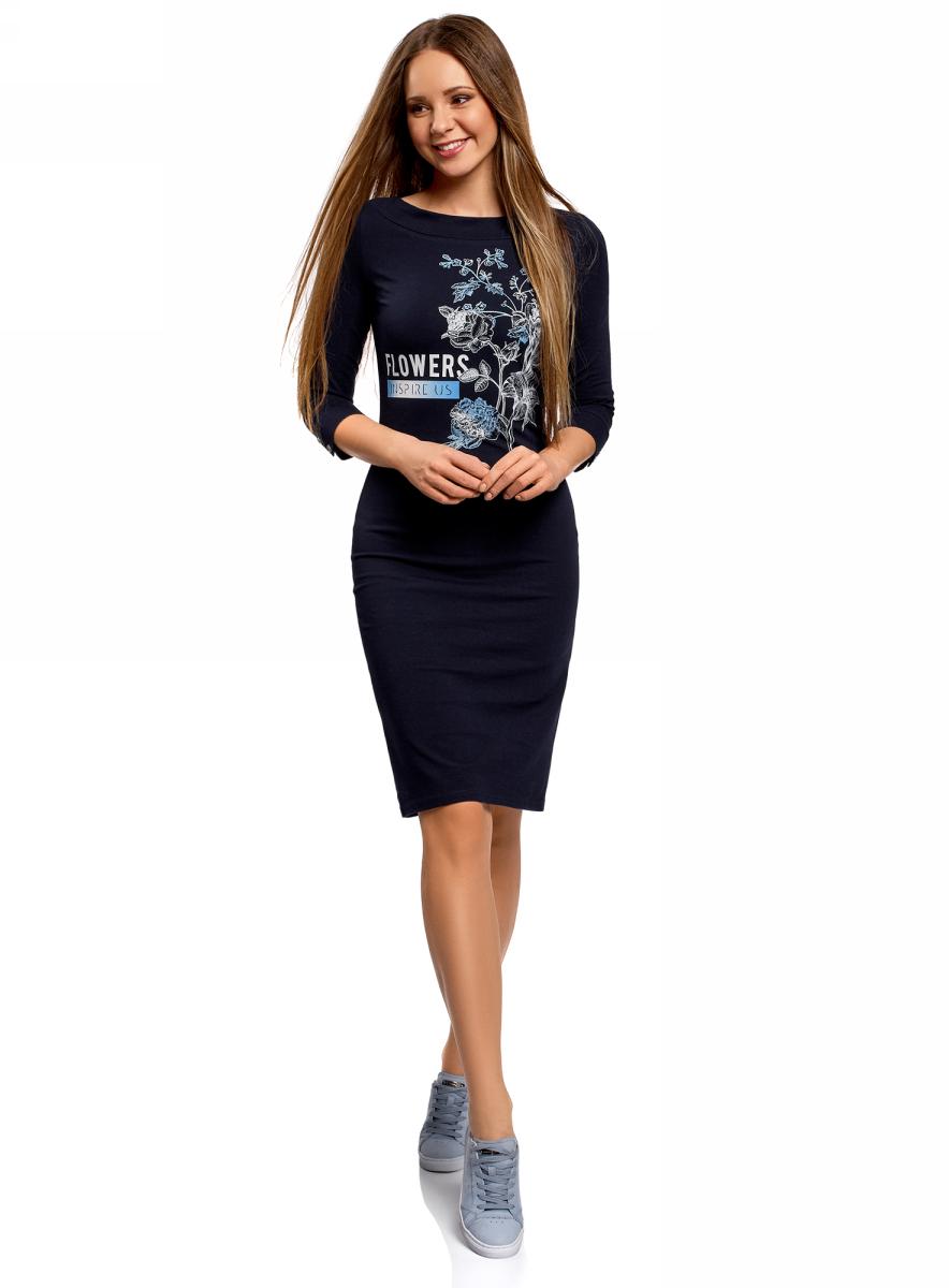 Платье oodji Ultra, цвет: темно-синий. 14001212-1/47420/7910P. Размер S (44)14001212-1/47420/7910PПлатье от oodji выполнено из эластичного хлопкового трикотажа. Модель приталенного кроя с вырезом-лодочкой и рукавом 3/4 на груди оформлена принтом.