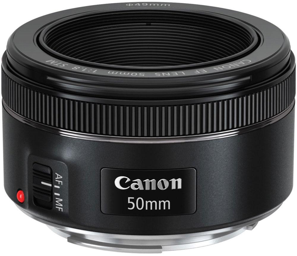 Canon EF 50mm f/1.8 STM объектив0570C005Canon EF 50mm f/1.8 STM - великолепный объектив для портретной съемки. Он создает размытие заднего плана, выделяя объект съемки. Это также позволяет разместить объекты в кадре без необходимости подходить слишком близко, чтобы было легче получить естественное выражение лица. При использовании с полнокадровой камерой EOS объектив EF 50mm f/1.8 STM работает как стандартный объектив, позволяя получить перспективу, близкую к восприятию человеческим глазом. Он идеально подойдет для повседневной съемки высокого качества.Быстрая и практически бесшумная фокусировкаФокусировка STM работает быстро и практически бесшумно при съемке фотографий, позволяя мгновенно запечатлеть кадр в нужный момент. При съемке видео фокусировка более плавная и медленная, что позволяет создать профессиональный кинематографический эффект.Отличные результаты в условиях слабого освещенияОбъектив EF 50mm f/1.8 STM обладает высокой светосилой, что позволяет продолжать съемку даже в условиях слабого освещения. Запечатлейте настроение момента, используя естественное освещение, — результаты не оставят вас равнодушными.Четкие изображения высокого качестваЭтот объектив с фиксированным фокусным расстоянием обеспечивает великолепное качество изображения, независимо от того, снимаете вы фотографии или видео. Для получения естественных снимков резкость и контрастность объектива увеличивается, а количество искажений снижается.Линзы, используемые в объективе EF 50mm f/1.8 STM, имеют уникальное покрытие Canon Super Spectra, которое предотвращает блики и паразитную засветку при съемке против света.Компактная и универсальная конструкцияНебольшой объектив EF 50mm f/1.8 STM весит всего 160 г и имеет длину всего 40 мм — для него всегда найдется место в вашей сумке. Кольцо ручной фокусировки легко найти, не отводя камеру от глаз.