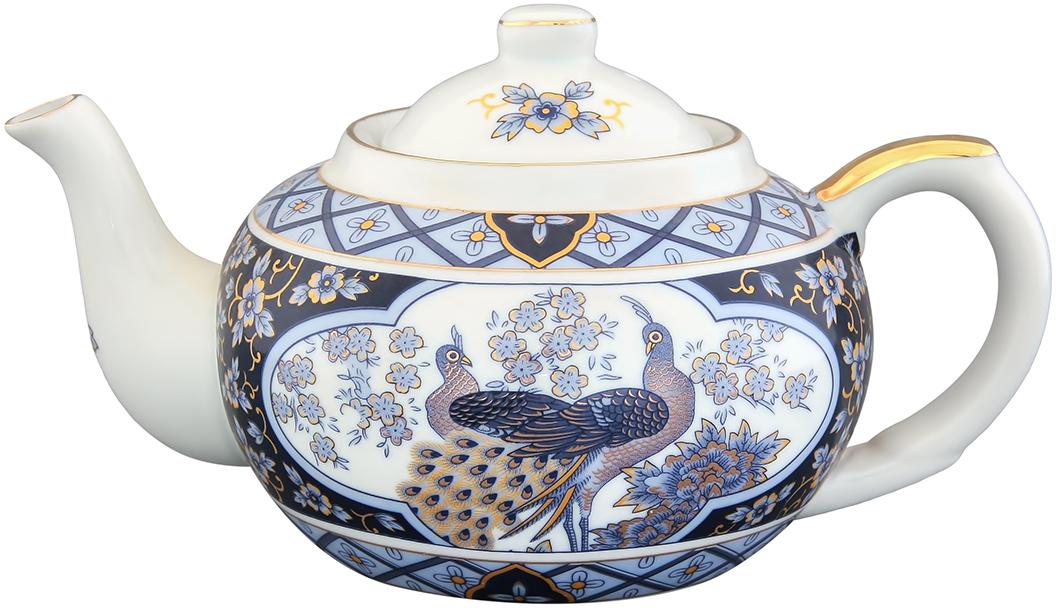 """Заварочный чайник Elan Gallery """"Синий павлин"""" изготовлен из высококачественной керамики с гладким глазурованным покрытием. Изделие декорировано красочным изображением павлинов и золотистой эмалью.  Чайник снабжен съемным металлическим ситечком, удобной ручкой и широким носиком. В основании носика расположены фильтрующие отверстия от попадания чаинок в чашку.  Изысканный заварочный чайник украсит сервировку стола к чаепитию. Благодаря красивому утонченному дизайну и качеству исполнения он станет хорошим подарком друзьям и близким.   Диаметр (по верхнему краю): 6,5 см.  Высота чайника (без учета крышки): 7 см."""