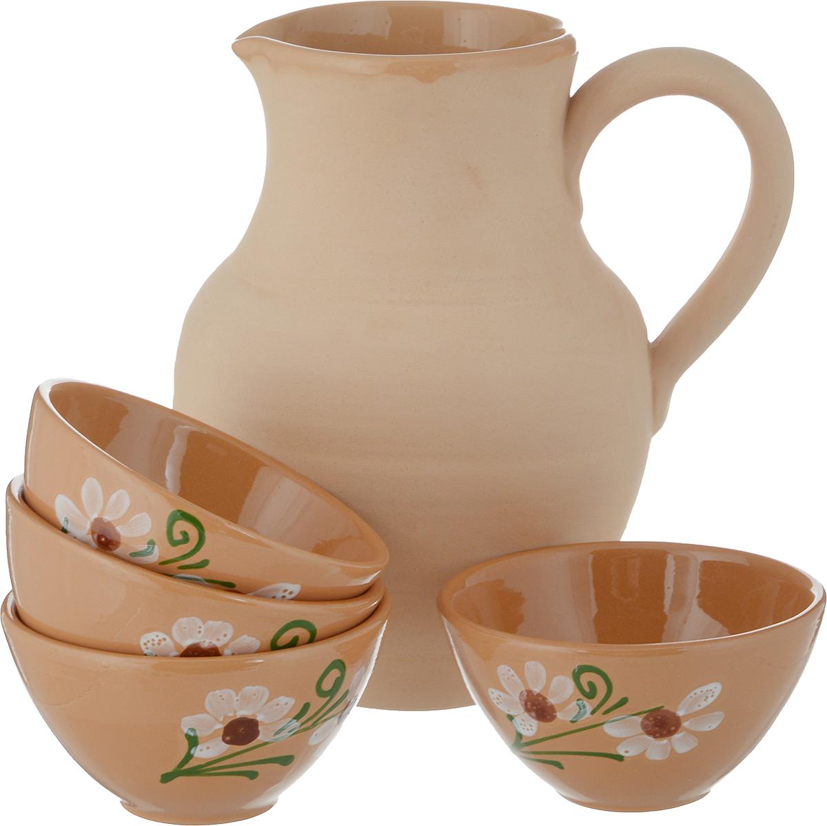"""Набор """"Борисовская керамика"""" состоит из кувшина и четырех пиал. Изделия выполнены из  высококачественной керамики. Природные свойства этого материала позволяют долго  сохранять температуру напитка, даже если вы пьете что-то холодное. Кувшин оснащен удобной  ручкой и прекрасно подходит для подачи воды, сока, компота и других напитков. Внешние стенки  изделий оформлены оригинальным рисунком Такой набор эффектно украсит любой кухонный  интерьер и станет хорошим подарком для ваших близких."""