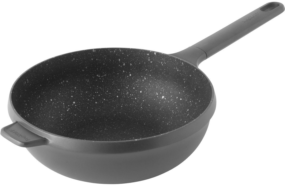 """Сохраните цвет, вкус и текстуру ингредиентов, обжаривая их в сковороде-воке BergHOFF """"Gem"""". Прочная и простая в использовании сковорода с быстрым и равномерным распределением тепла. Конструкция дна делает возможным энергоэффективное приготовление пищи и равномерное распределение тепла по всей поверхности. Эргономичная длинная ручка не нагревается на плите. Простой поворот, и продуманная система отсоединения ручки позволяет использовать сковороду также и в духовом шкафу."""