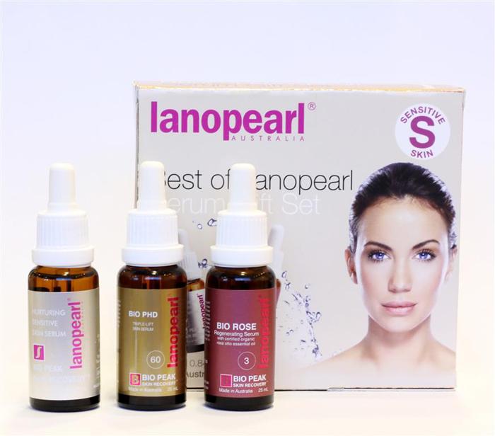 Lanopearl Сыворотка ночная для лица Best Of Serum Gift Set, 75 млLB66Широкий спектр антиэйдж сывороток, которые впитываются глубоко в кожу, помогая вашей коже выглядеть свежо и молодо. Био активные питательные компоненты и растительные экстракты уменьшают пигментацию, борются с морщинами, восстанавливают упругость и эластичность кожи. Nurturing Sensitive Skin Serum (LB41)/ 25 ml • 45% концентрированного экстракта плаценты для большей эффективности; • молекулярная технология обеспечивает более быстрое впитывание за 1 минуту; • уменьшает появившиеся морщины и темные пятна на лице в течении 2 недель; • Успокаивает, увлажняет и повышает упругость кожи Bio PHD Triple Lift Skin Serum (LB42) / 25 ml • Подходит для кожи в возрасте 35+• Быстро впитывающаяся передовой технология • Работает в сочетании с естественными процессами кожи для достижения молодой кожи Bio Rose Regenerating Serum (LB43) / 25 ml • Уплотняет кожу • Уменьшает морщины