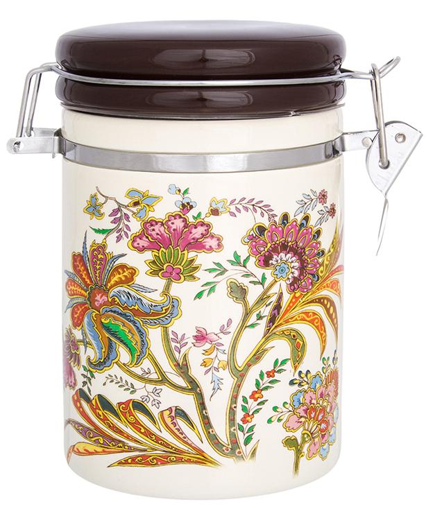 Банка для сыпучих продуктов Elan Gallery изготовлена из прочной керамики высокого качества. Изделие оформлено красочным изображением. Гладкая и ровная глазурованная поверхность обеспечивает легкую очистку. Банка прекрасно подойдет для хранения различных сыпучих продуктов: специй, чая, кофе, сахара, круп и многого другого. Крышка плотно закрывается с помощью металлического зажима-клипсы, дольше сохраняя свежесть продуктов.Яркий дизайн подарит вам хорошее настроение и украсит вашу кухню!