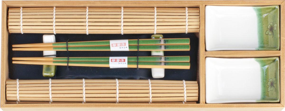 Набор для суши,  выполненный из керамики и бамбука, идеален в качестве  подарка любителям восточной кухни. В  комплекте две пиалы для соуса, два  коврика, две подставки для палочек, два набора палочек.  Данный набор идеально подойдет для грамотной  и красивой сервировки стола.