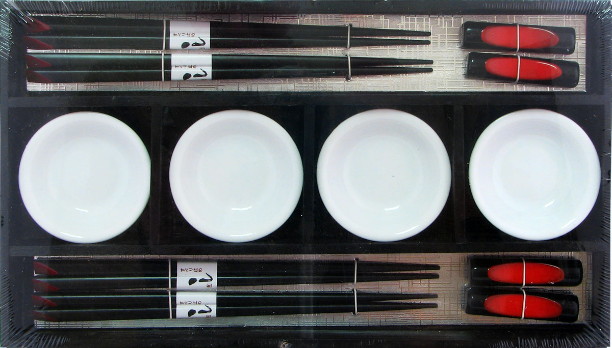 Набор для суши,  выполненный из керамики и бамбука, идеален в качестве  подарка любителям восточной кухни. В  комплекте 4 пиалы для соуса, 4 пары палочек, 4 подставки под палочки.  Данный набор идеально подойдет для грамотной  и красивой сервировки стола.
