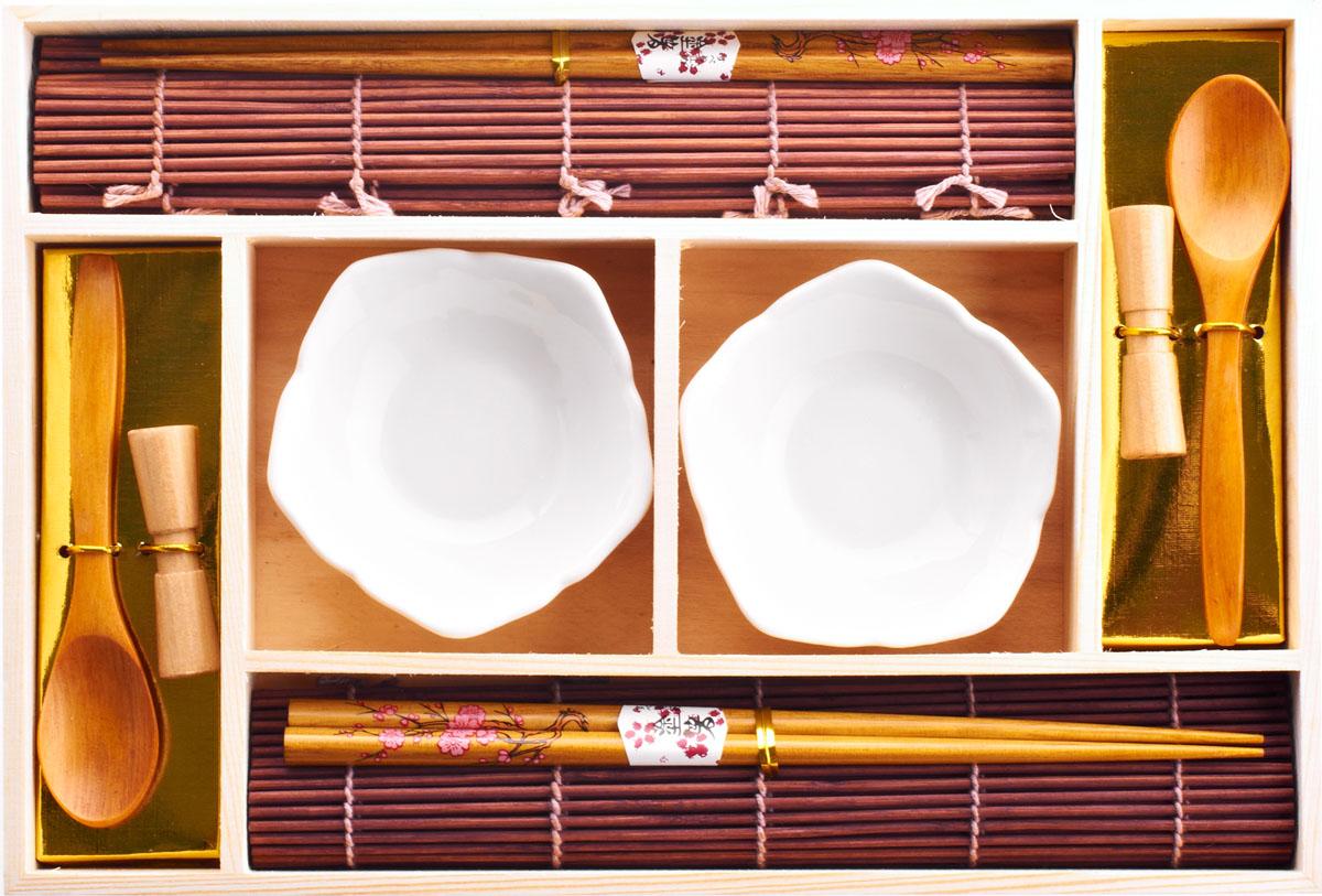 Набор для суши,  выполненный из керамики и бамбука, идеален в качестве  подарка любителям восточной кухни. В  комплекте две пиалы, две ложки, два  коврика, две подставки для палочек, два набора палочек.  Данный набор идеально подойдет для грамотной  и красивой сервировки стола.