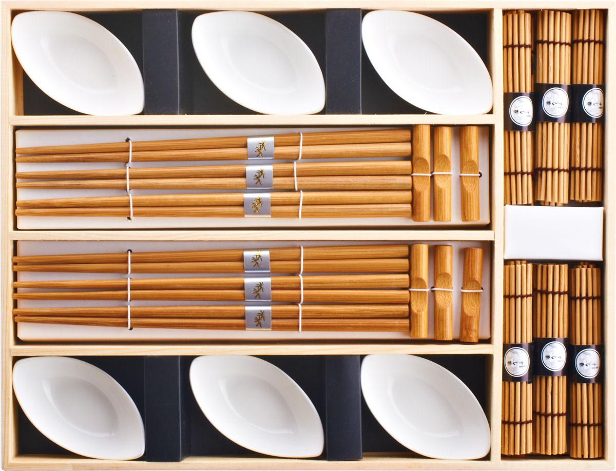 Набор для суши,  выполненный из керамики и бамбука, идеален в качестве  подарка любителям восточной кухни. В  комплекте 6 пиал для соуса, 6 пар палочек для еды, 6 подставок для палочек, 6 бамбуковых циновок. Данный набор идеально подойдет для грамотной  и красивой сервировки стола.